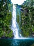 在惊人的Milford Sound,新西兰的一个剧烈的场面 免版税库存照片
