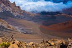 在惊奇之上蓝色覆盖火山口土表单haleakala象毛伊月亮国家公园红色岩石天空顶层火山的夏威夷横向 库存照片