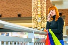 在想法失去的妇女在购物中心 免版税库存图片