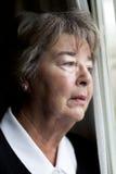 在想法失去的年长妇女 免版税库存照片