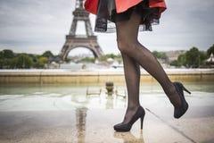 在愈合的鞋子eifel塔巴黎的浪漫女孩腿 免版税库存图片