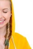 在愉快的女孩听的音乐的特写镜头在耳机 免版税库存照片