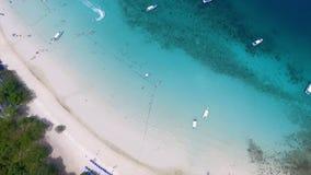 在愉快的婚礼上角度夫妇在一个热带沙滩说谎在海洋附近 在有吸引力的夫妇的鸟瞰图 图库摄影