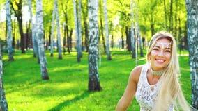在愉快的年轻女人的阳光魅力服装跳舞的在桦树树丛里 影视素材