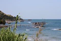 在意大利亚得里亚海的海岸的一个trabucco渔小屋 库存图片