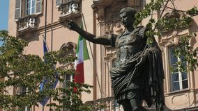 在意大利和欧洲旗子前面的古老奥古斯都皇帝雕象在帕尔瓦,意大利 影视素材