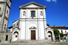 在意大利墙壁的sumirago老摘要和晴朗的教堂钟 免版税库存图片