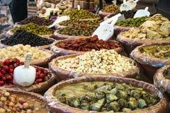 在意大利市场上的几叠开胃小菜 库存图片