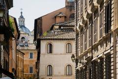 在意大利房子和大教堂老门面和屋顶的看法  免版税图库摄影