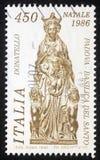在意大利打印的圣诞节邮票由有孩子的艺术家Donatelo -玛丹娜显示雕塑 库存图片
