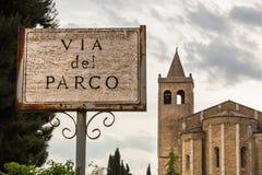 在意大利教会前面的标志 库存照片