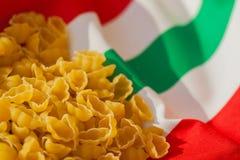 在意大利旗子颜色的背景的干通心面 对背景,基体,构成用途 免版税图库摄影