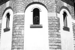 在意大利欧洲大理石和圆花窗的古色古香的contruction w 免版税库存图片