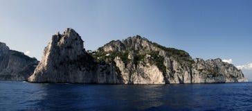 在意大利海岸的卡普里岛地标 库存图片