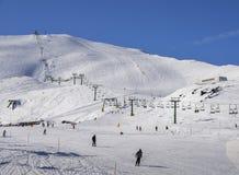 在意大利滑雪区域的驾空滑车在积雪的阿尔卑斯和滑雪者和挡雪板滑雪道的-冬季体育概念 免版税图库摄影