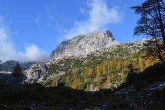 在意大利白云岩的山在秋天 库存照片