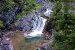 在意大利白云岩的瀑布 图库摄影