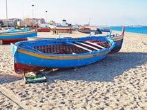 在意大利的爱奥尼亚人海岸的五颜六色的渔船 免版税库存图片
