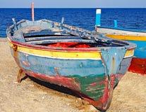 在意大利的爱奥尼亚人海岸的五颜六色的渔船 库存图片