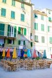 在意大利老村庄倒空与五颜六色的桌的露天咖啡馆在Cique Terre 免版税库存图片