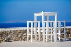 在意大利老村庄倒空与白色桌的露天咖啡馆在希腊 库存图片