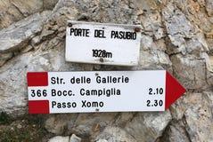 在意大利路标意大利语去Pasubio登上 库存照片