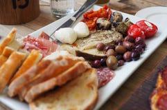 在意大利酿酒厂的开胃小菜 免版税库存照片