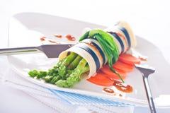 在意大利面食壳的芦笋 免版税库存照片