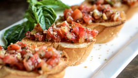 在意大利餐馆的Bruschetta开胃菜 蕃茄刷新foo 免版税库存图片