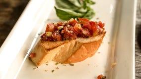 在意大利餐馆的Bruschetta开胃菜 蕃茄刷新foo 库存图片
