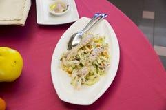 在意大利餐馆钓鱼快餐,在红色桌布的地中海烹调 库存图片