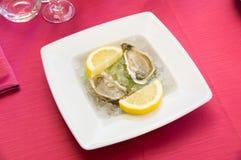 在意大利餐馆钓鱼快餐,在红色桌布的地中海烹调 免版税库存图片