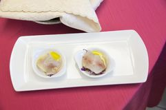 在意大利餐馆钓鱼快餐,在红色桌布的地中海烹调 免版税库存照片