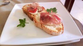 在意大利餐馆钓鱼快餐,在红色桌布的地中海烹调 免版税图库摄影