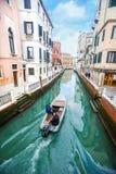 在意大利水道的小船航行 库存图片