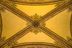 在意大利palazzo样式大厦内部段落的天花板  库存照片