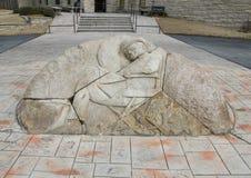在意志罗杰斯纪念博物馆, Claremore,俄克拉何马前面的石安心雕塑 免版税库存图片