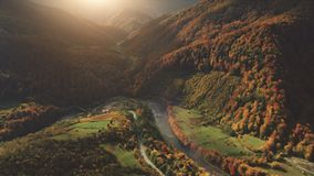 在意想不到的峡谷山河的空中飞行 影视素材