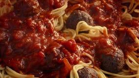 在意粉和丸子倒的热的意大利酱 影视素材