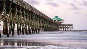 在愚蠢海滩码头的早晨日出 免版税库存图片