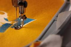 在感到的黄色的日期2017年和雄鸡-与刺绣机器的刺绣-接近概述和框架 图库摄影