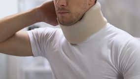 在感觉锋利的背部疼痛,问题的泡沫子宫颈衣领的男性在创伤以后 股票视频