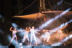 在愿望表现的Sonics在街道在布加勒斯特优美的舞蹈家的剧院节日为空中杂技做准备 免版税图库摄影