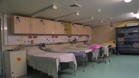 在慈悲船医院,科纳克里里面的患者的病区 股票视频