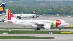在慕尼黑机场,德国轻拍在跑道的葡萄牙航空飞机