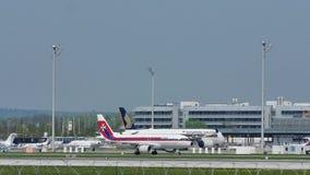 在慕尼黑机场, MUC宣扬马耳他减速火箭的号衣 股票视频
