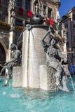 在慕尼黑前面新的香港大会堂的Fischbrunnen喷泉在 库存图片