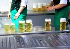 在慕尼黑啤酒节和两工作者的新鲜的桶装啤酒 免版税库存图片