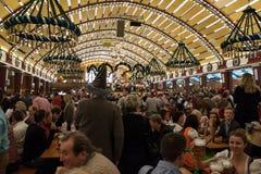 在慕尼黑啤酒节的庆祝在一个巴法力亚帐篷里面 库存图片