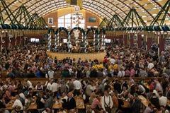 在慕尼黑啤酒节的庆祝在一个巴法力亚帐篷里面 库存照片
